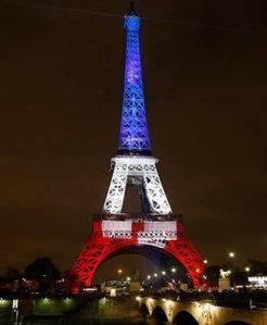 Attentats a Paris, la tour Eiffel aux couleurs du drapeau francais, tricolore, bleu blanc rouge Hommage aux victimes *** Local Caption *** Vue de nuit